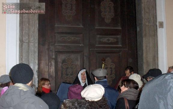 La badessa di San Giorgio madre Agata riceve i pellegrini all'ingresso della sua chiesa.